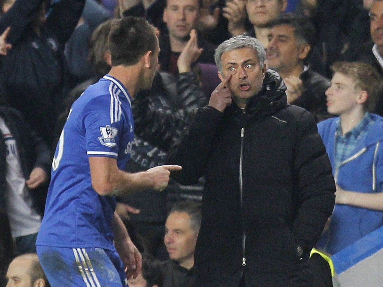 FOR EN PAUSEPRAT: José Mourinho og Chelsea scoret fire mål i den andre omgangen.