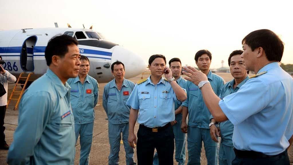 FORTSETTER LETINGEN: Mannskap fra det vietnamesiske luftforsvaret samlet på Tan Son Nhat lufthavn før de setter kursen mot leteområdet hvor et passasjerfly fra Malaysia Airlines forsvant.