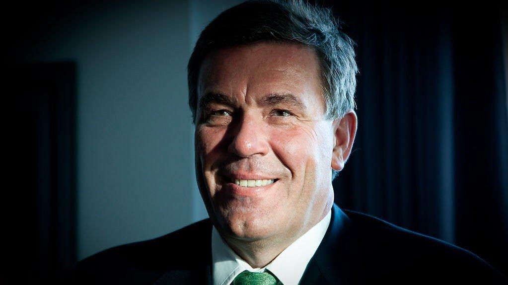 BLE PLUTSELIG LAM: Matvaremilliardær Stein Erik Hagen fikk akutt nakkeprolaps på forretningsreise. Foto: Paul Weaver, Nettavisen.