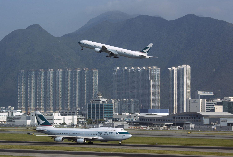 Et fly fra Cathay Pacific Airways tar av fra flyplassen i Hongkong.