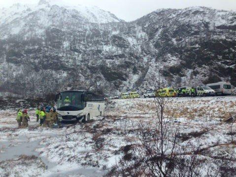 To personer ble alvorlig skadd da en buss kjørte av veien på E10 ved Raftsundtunnellen i Hadsel kommune i Nordland fredag.