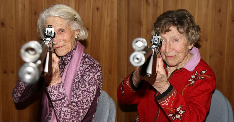 TØFFE: Tøffe godt voksne damer skyter godt med geværet. F.v. Kari (88) og Åse (92).