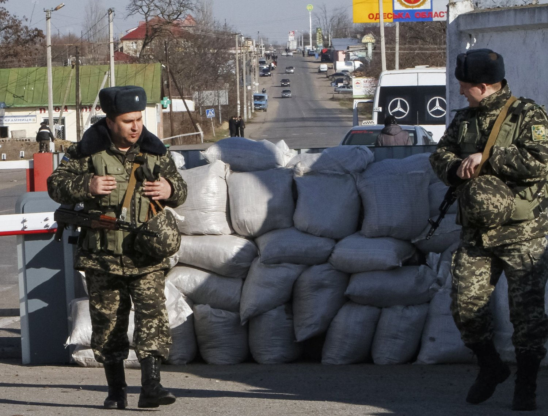 PÅ GRENSEN: Ukrainske grensevakter står ved en kontrollpost på grensen til utbryterrepublikken Transnistria i Moldova, i nærheten av Odessa.