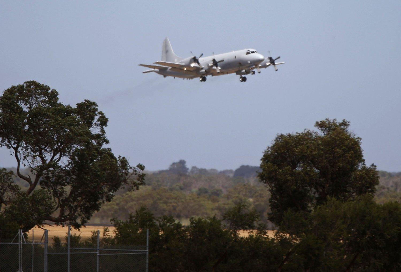 Et australsk P-3 Orion-overvåkningsfly tar av fra en militær base like ved Perth. Nå er letingen innstilt som følge av dårlig vær.