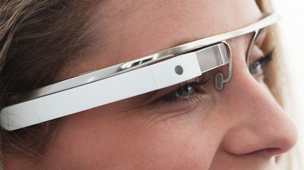 TROR PÅ REVOLUSJON: Googles smartbrilleteknologi skal inn i desginerbriller fra Ray Ban og Oakley - noe Google tror kan bli en revolusjon.