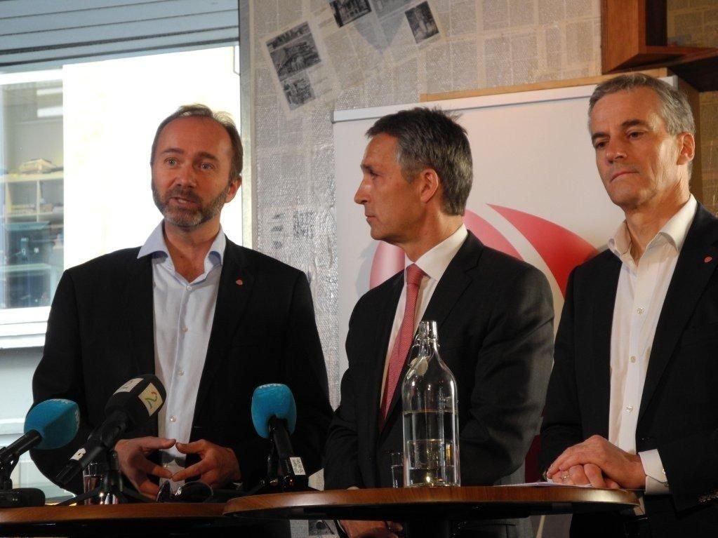 NATO-SPEKULASJONER: Jens Stoltenberg vil verken bekrefte eller avkrefte spekulasjonene før Arbeiderpartiets landsstyre. Her er han sammen med Trond Giske og Jonas Gahr Støre under fjorårets valgkamp.