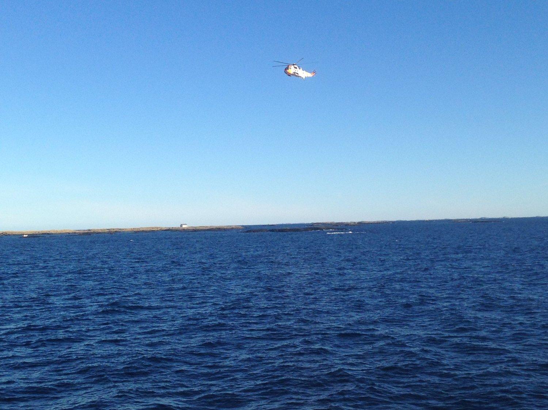 Både båter og helikopter deltar nå i letingen.