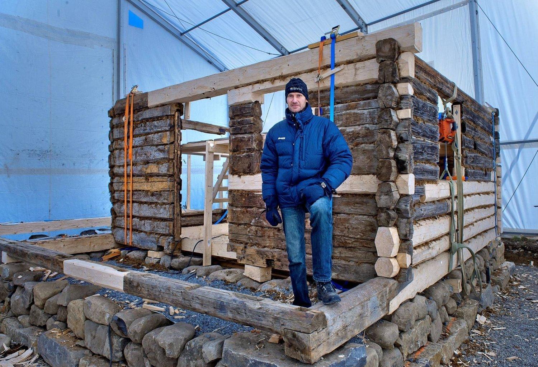 Sverre Panengstuen fornøyd med løsningen. Etter mange års diskusjoner er det nå klart at eksteriøret fredes, mens interiøret unntas av bestemmelsene. Nå ser Panengstuen fram til å kunne bruke stua på 50 kvadratmeter som sommerhytte.