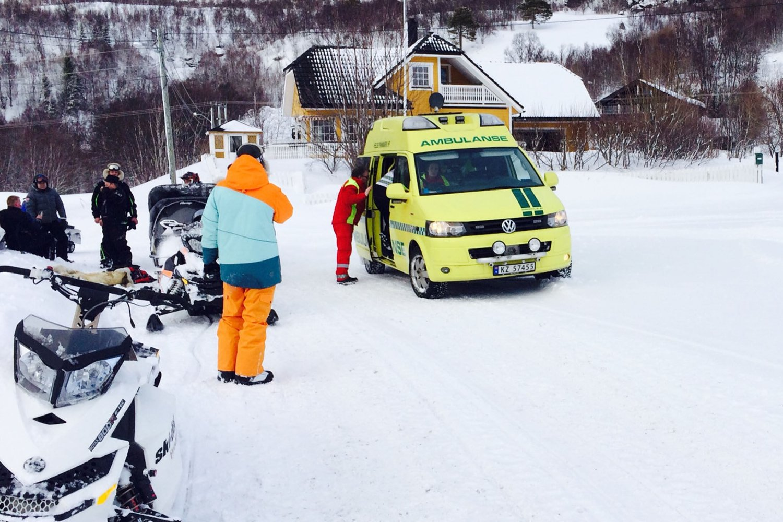 FRAKTES UT: En person blir fraktet vekk fra stedet med ambulanse