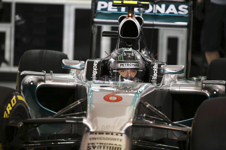 I TET: VM-leder Nico Rosberg fører an bak startstreken når Bahrains Grand Prix kjøres søndag.