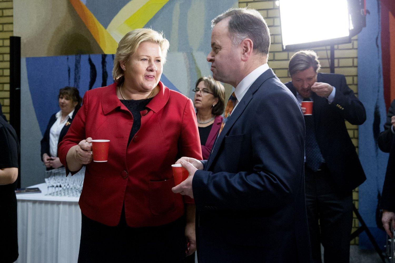 Statsminister Erna Solberg i samtale med stortingspresident Olemic Thommessen under fjorårets julelunsj på Stortinget.