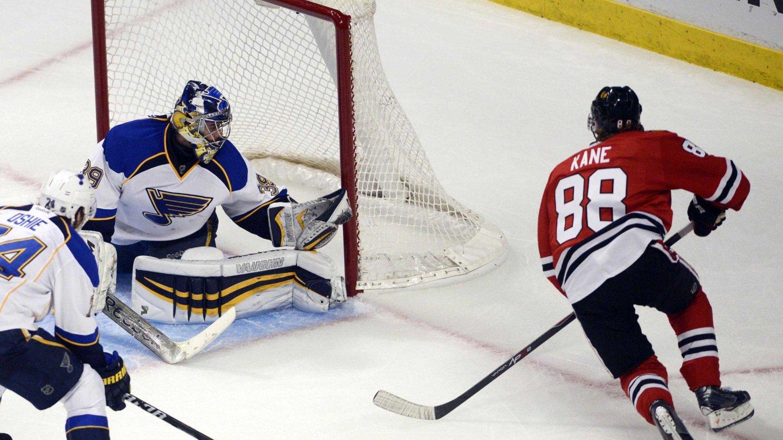 Patrick Kane ble matchvinner i «sudden death» da Chicago Blackhawks slo St. Louis Blues 4-3 og utlignet til 2-2 sammenlagt i 1. runde i NHL-sluttspillet i ishockey.