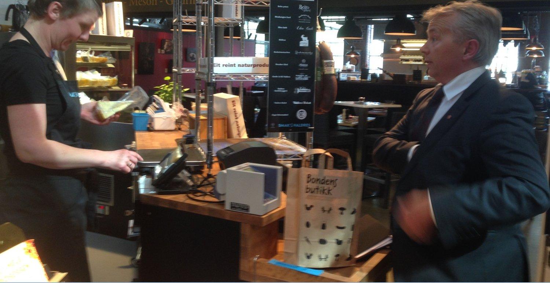 GLAD I OST: Knut Storberget benyttet også besøket i Mathallen til å kjøpe norsk ost.