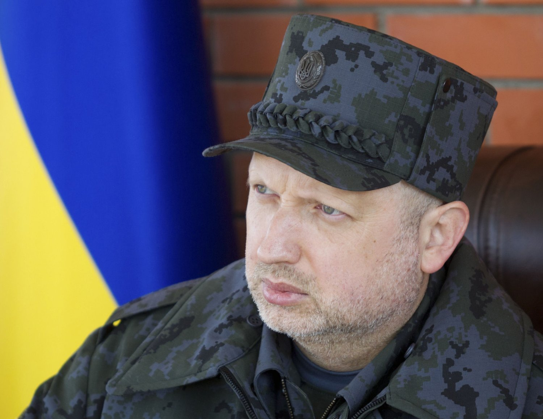 Ukrainas president Oleksandr Turtsjynov krever at russiske styrker må trekkes bort fra grensen mot Ukraina.