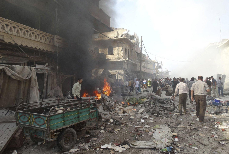 Minst 27 mennesker ble drept i et luftangrep mot et marked i byen Atareb utenfor Aleppo i Syria torsdag.