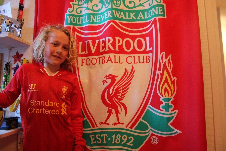 bf252f90 Det 11 år gamle fotballtalentet har rommet dekorert av supporterutstyr.