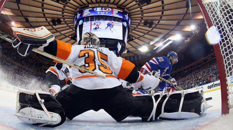 LEDER: Martin St. Louis (i blått) og New York Rangers leder 3-2 og går videre til neste runde av NHL-sluttspillet med seier neste kamp.