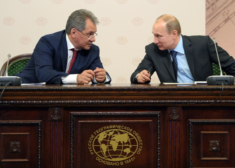 Russlands President Vladimir Putin (høyre) og den russiske forsvarministeren Sergei Shoigu.