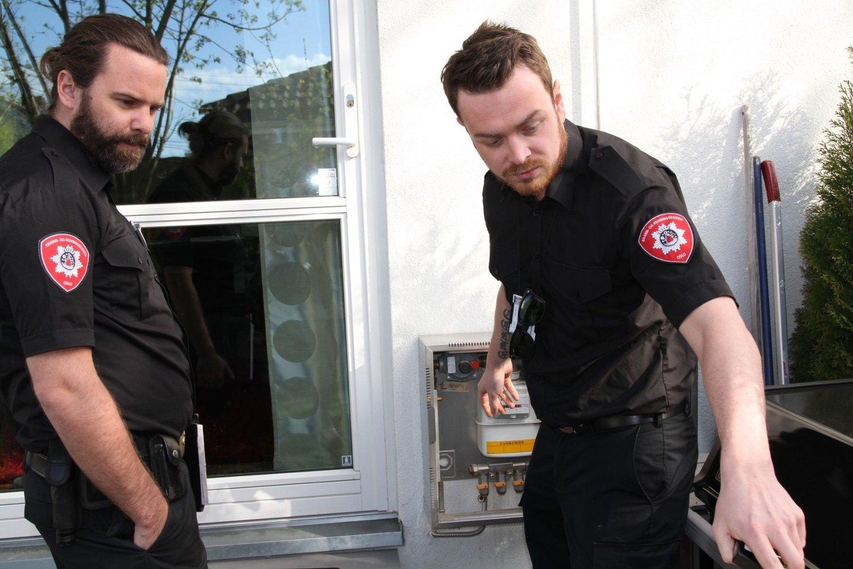 Tobias Eriksson og Alexander Colle er på befaring i et borettslag med gassanlegg.