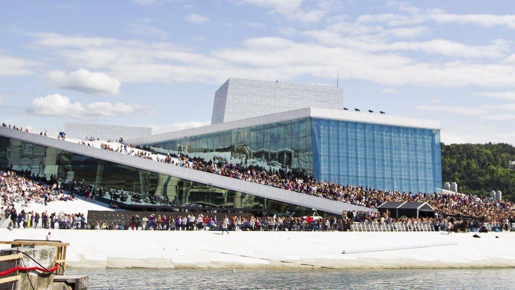 OPERATAKET: Justin Bieber-fans på Opera-taket.