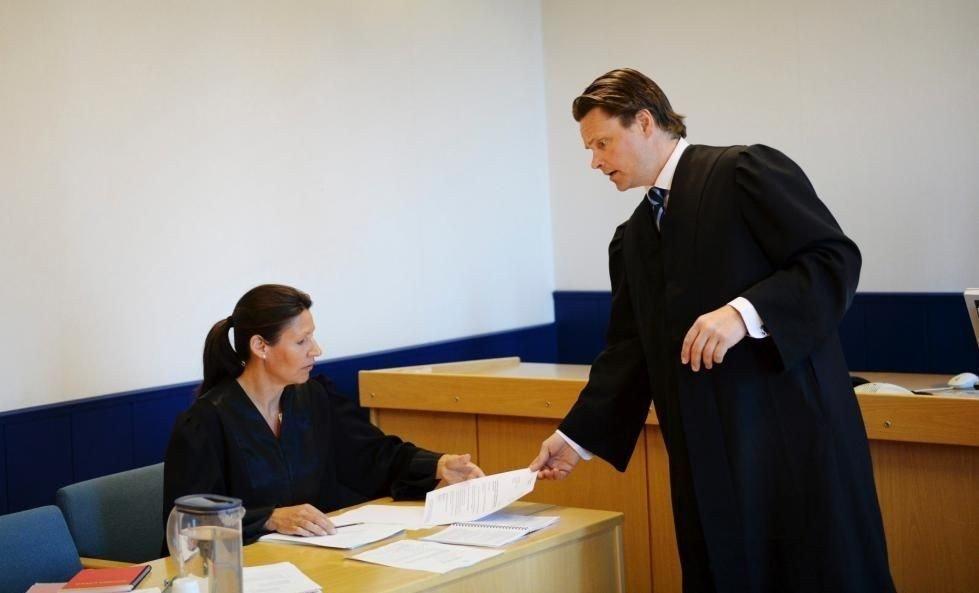 TINGRETTEN: Mann tiltalt for å ha svindlet norsk rikstoto for store pengesummer. Aktor Anniken Rasch, mannens forsvarer Steinar Jacob Thomassen.