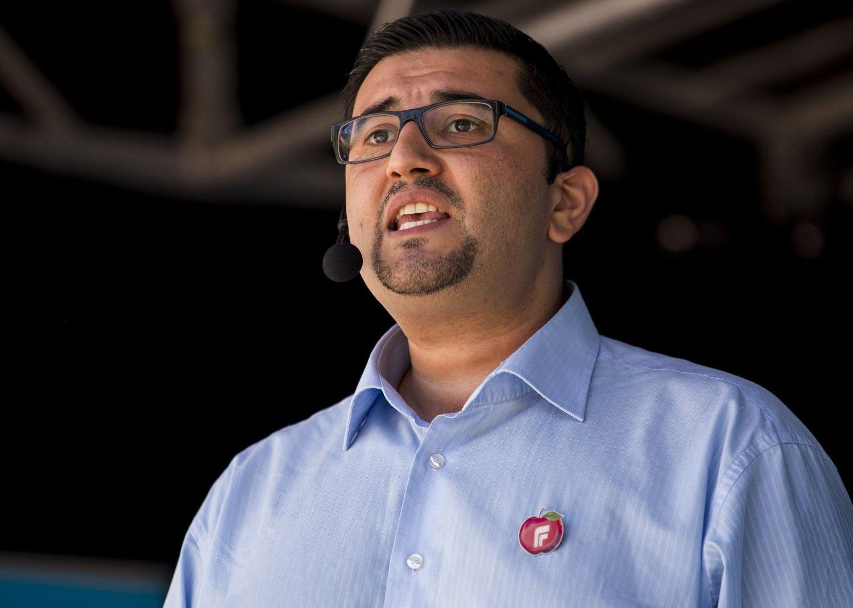 Mazyar Keshvari, innvandrrerpolitisk talsmann for Frp, mener den høye andelen med innvandrerbakgrunn som mottar kontantstøtte betyr at integreringen har feilet. Foto: Erlend Aas / NTB scanpix