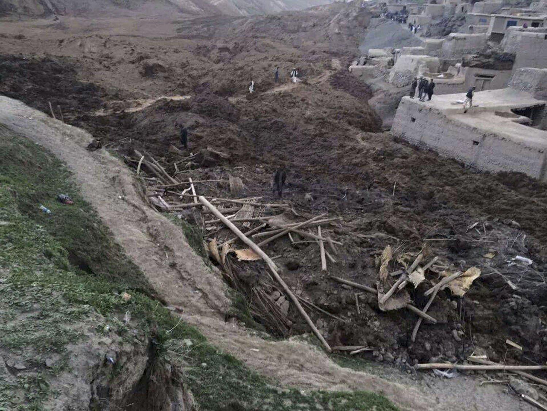 BEGRAVD: Fjellsiden raste ut og begravde deler av landsbyen.