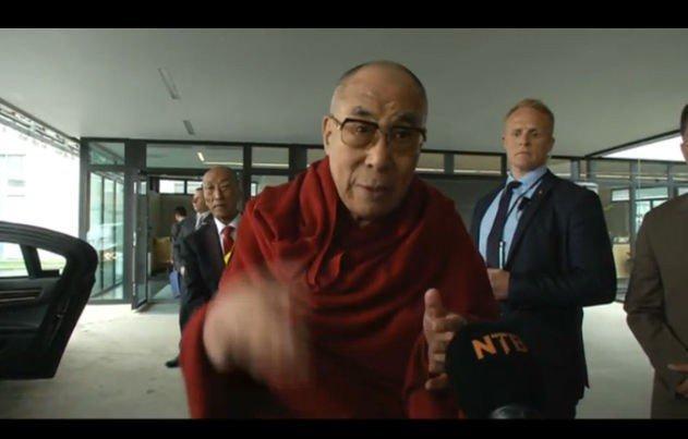 LANDET: Dalai Lama landet på Gardermoen ved 10-tiden onsdag og tok seg god tid til å snakke med fremmmøtte pressefolk.