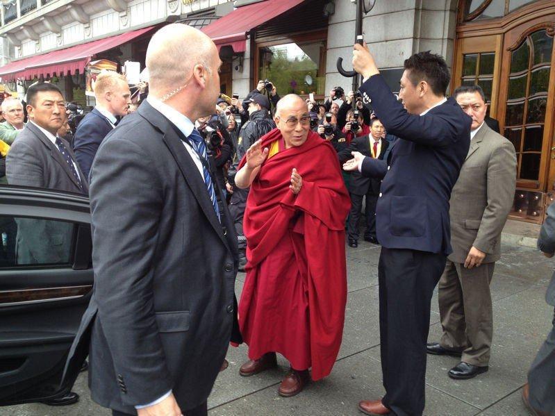 UTENFOR GRAND: Dalai Lama ankom Norge og Oslo onsdag morgen.