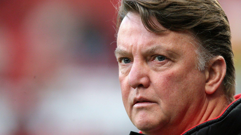 Manchester United har bestemt seg for at Louis van Gaal tar over etter David Moyes, men vil vente til sesongen er over med å kunngjøre nyheten, melder The Telegraph.