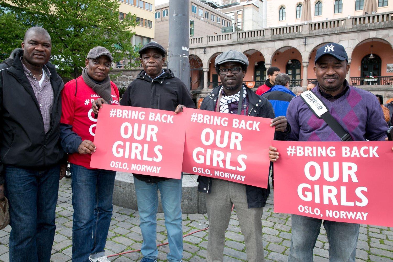 TENGER HJELP: President i Nigerian Community i Norge, Tajudeen Akinyemi (i rød T-skjorte), sier Nigeria trenger all den hjelpen de kan få av Norge.