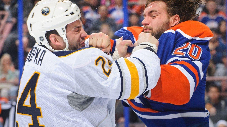 NHL-angriperen Zenon Konopka (til venstre) er blitt utestengt i 20 kamper etter å ha testet positivt på et ulovlig stoff.