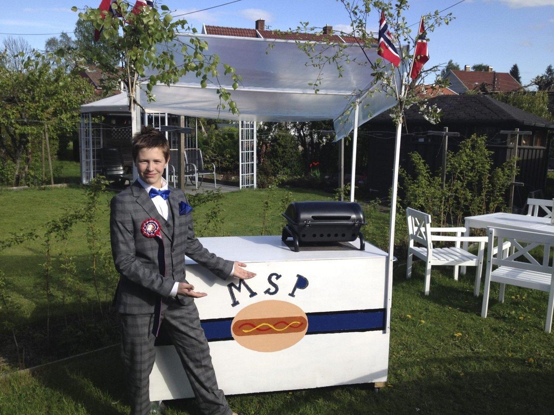 HÅPER PÅ BRA VÆR: Mathias Platou Aaseth (14) med sin helt egne pølsevogn. Nå håper han Oslos befolkning er sultne.