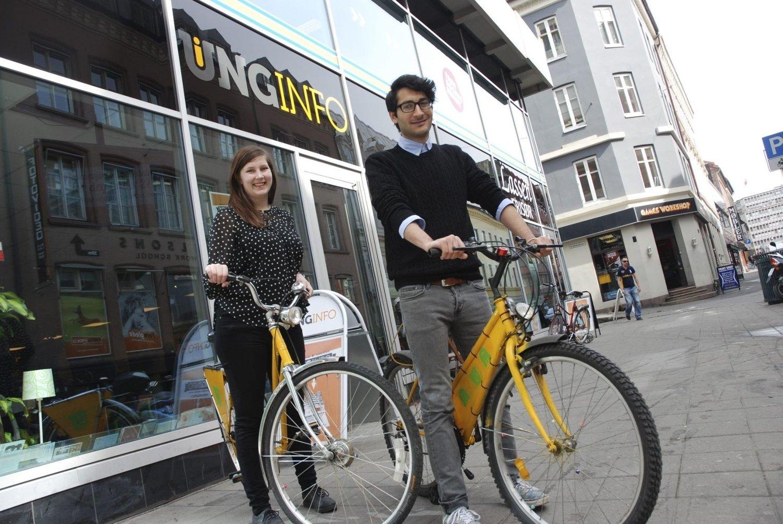 LÅNER UT: Ada Moe Fause og Souhail Madhi på Unginfo i Møllergata 3 låner ut sykler til unge turister i hele sommer.