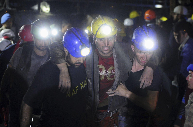 Redningsmannskaper bærer en skadd gruvearbeider ut av gruva i Soma om morgenen onsdag 14.05.14.