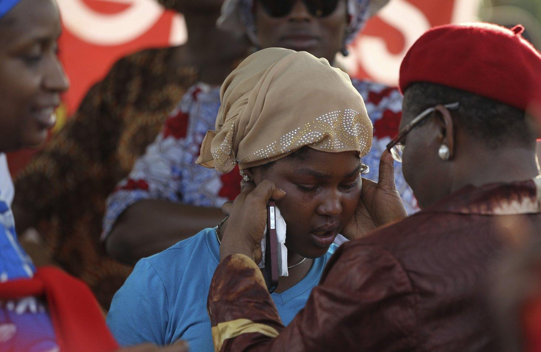 Det er ikke kjent om det var Boko Haram som brant ned de to barneskolene denne uka. På bildet: Tidligere visepresident ved Verdensbankens Afrika-kontor, Obiageli Ezekwesili, trøster en kvinne under en demonstrasjon mot kidnappingene i Abuja 15.05.14.