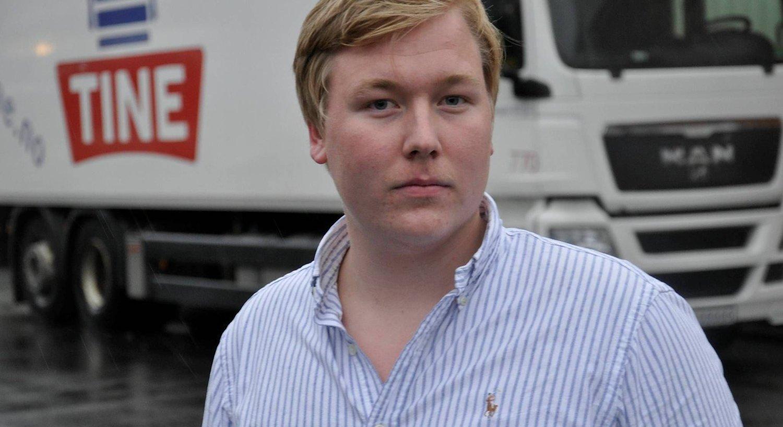JOBBTILBUD: Christoffer thomsen, leder i FpU i Hordaland, har fått tilbud av bonde Arne Hartveit på Osterøy om å jobbe på gården en dag.