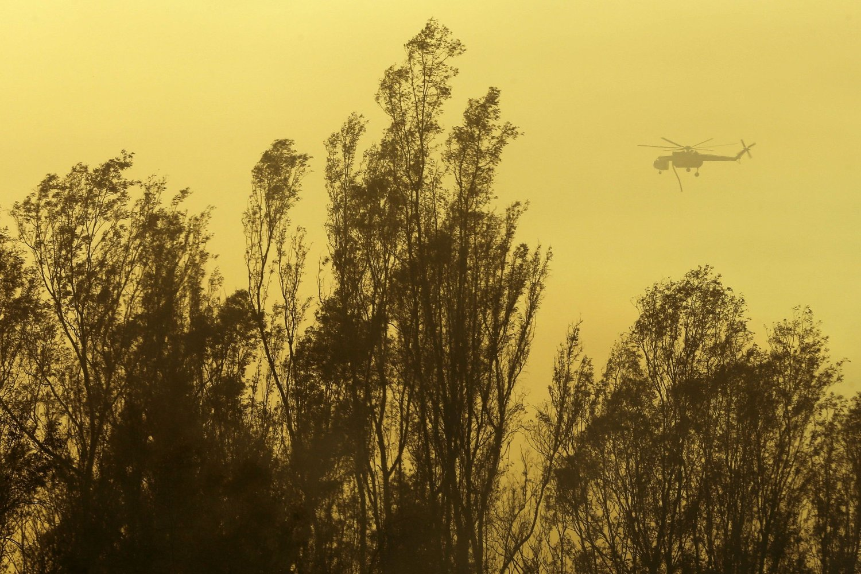 SLUKKING: Et helikopter på vei med vann over Escondido i California torsdag.
