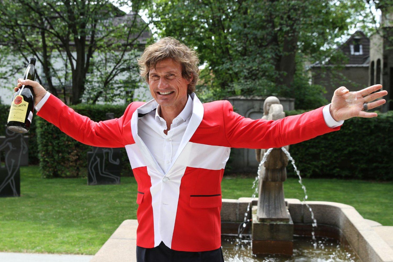 Det er ikke bare på sin årlige fest at Petter Stordalen pynter seg. I fjor feiret han oppkjøpet av to hotell i København med røde pølser og Gammel Dansk.