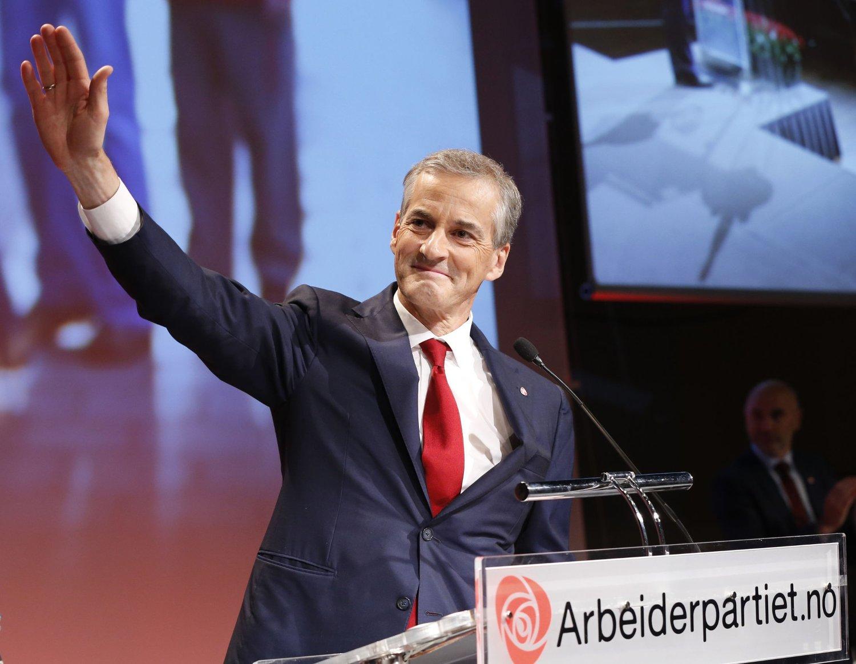 Jonas Gahr Støre hilser fornøyd etter at han ble valgt til ny leder i Arbeiderpartiet etter Jens Stoltenberg i Folkets Hus i Oslo lørdag.