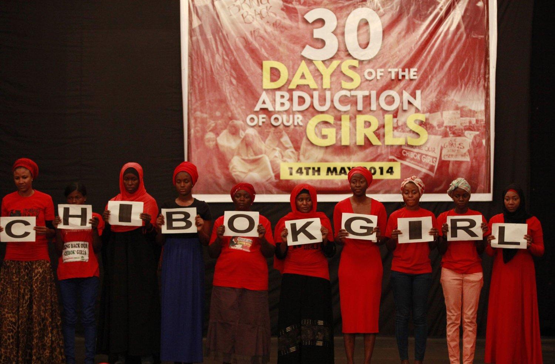 Disse kvinnene markerer at det er gått en måned siden bortføringen av 200 jenter fra en skole i Chibok 14. april i år. Islamske ekstremister bortførte i dag 60 kvinner og jenter - samt 31 gutter - i Nigeria.