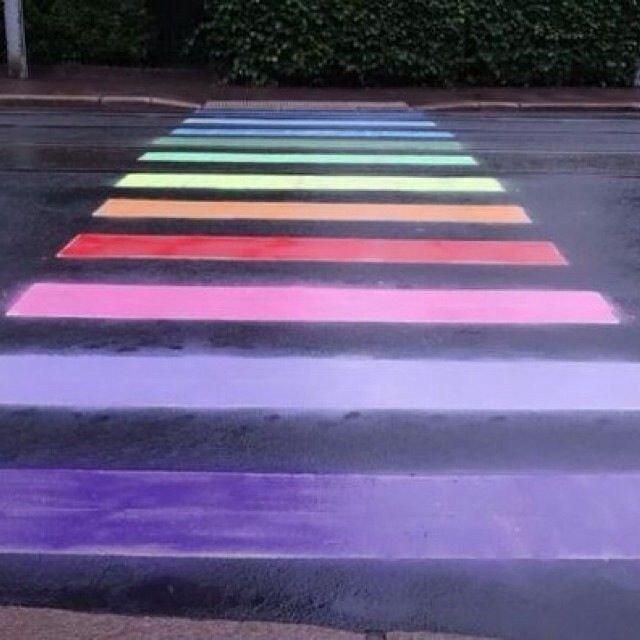 Fotgjengerovergangen ved den russiske ambassaden i Drammensveien er igjen fargelagt, til støtte for homofiles rettigheter.