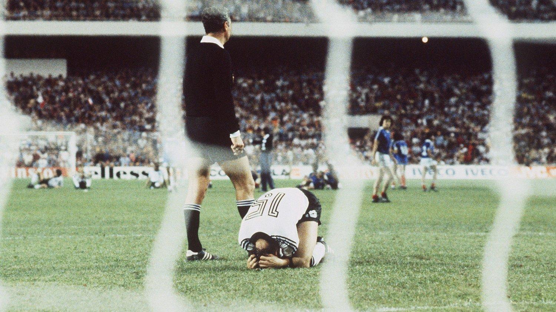 KNUST: Uli Stielke ligger på bakken etter å ha bommet på straffe mot Frankrike i 1982. Han er fremdeles den eneste tyskeren som har bommet i en straffekonkurranse i VM.