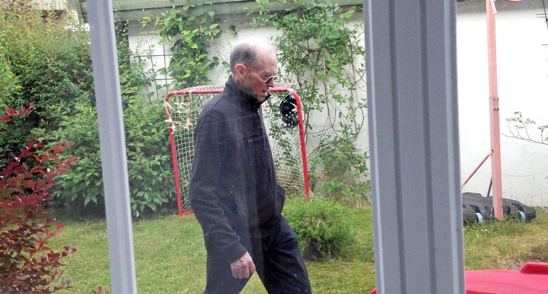 SAVNET: Dette er den savnede 80 år gamle finnen. Bildet er tatt i 07.30-tiden i dag. 80-åringen skal da ha gått rundt i hagen til fotografen. Bildet er gjengitt med tillatelse fra politiet.