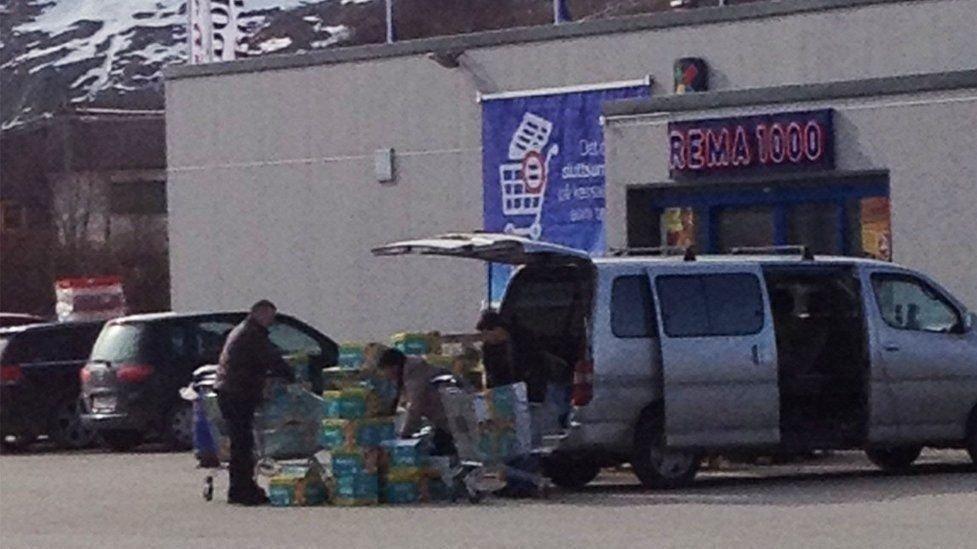 HAMSTRER: Russerne venter på at trailerne med bleier skal komme til butikken. Deretter fyller de bilene sine med bleier, mens finnmarkingene blir stående med labert utvalg, opplyser Rema 1000.