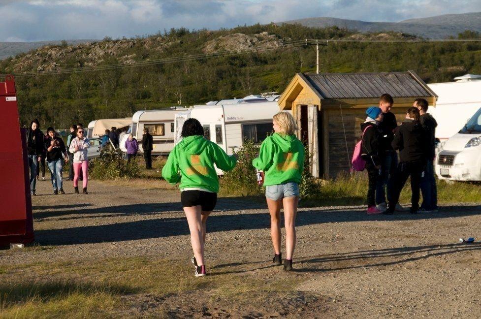 SLIPPER CAMPEN: Bekymrede foreldre skal slippe å gå med barna gjennom Midnattsrockens festivalcamping. Bildet er fra festivalcampingen under fjorårets festival. Foto: Kim Gaare (Finnmark Dagblad)
