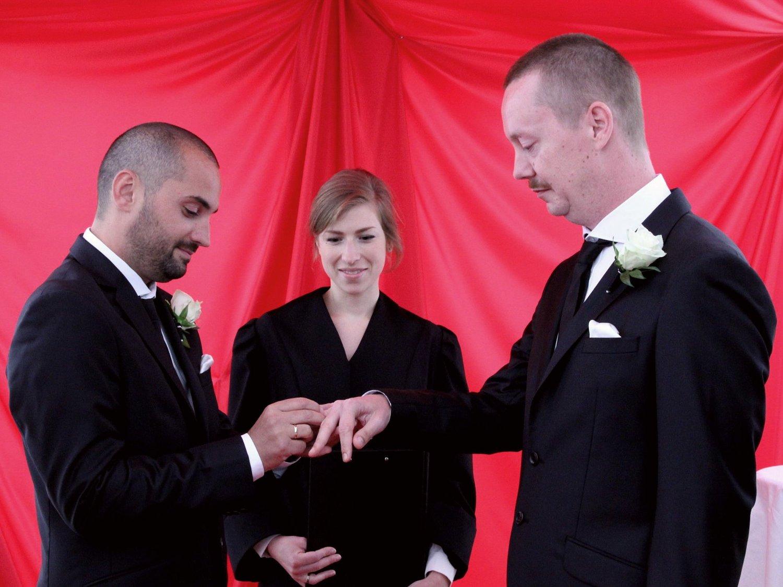 GIFT: Vigsler Åsta Pedersen Elden erklærer Catalin Nutu og Thomas Bratlie rette ektefolk.
