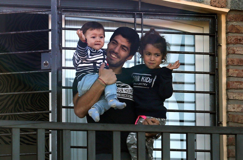 VINKET: Luis Suarez tok med seg barna ut på balkongen hos sin mor for å vinke til fansen fredag kveld.