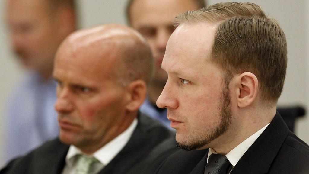 MASSEMORDEREN: Anders Behring Breivik under domsavsigelsen i Oslo tingrett i 2012. Til venstre forsvarer Geir Lippestad.