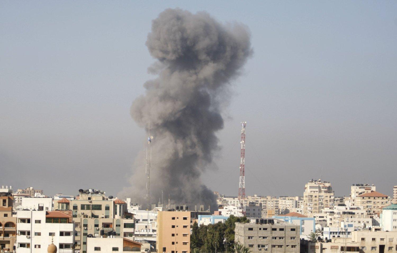 LUFTANGREP: Røyk stiger opp fra et israelsk luftangrep i Gaza by 30. juli.